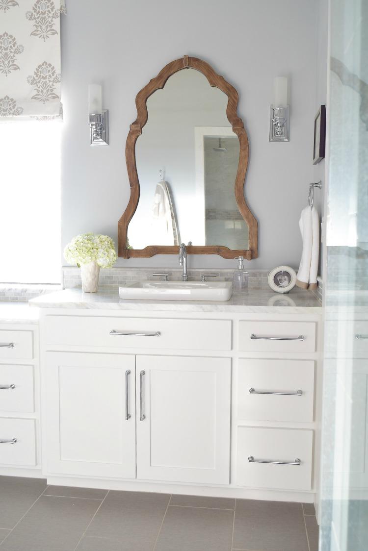 white-bathroom-carrara-marble-wooden-mirror-silver-lake-paint