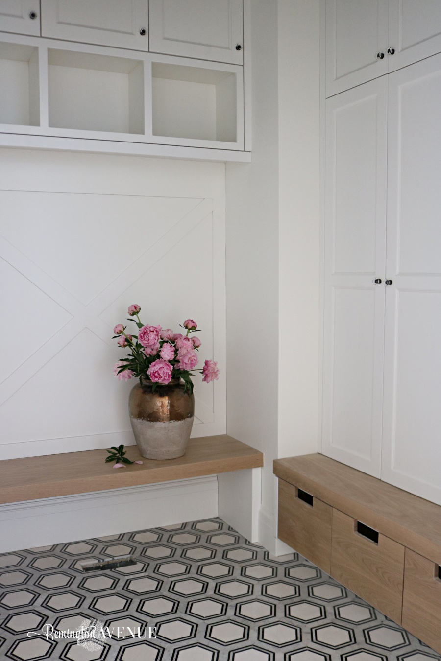 organized black and white mudroom design ideas
