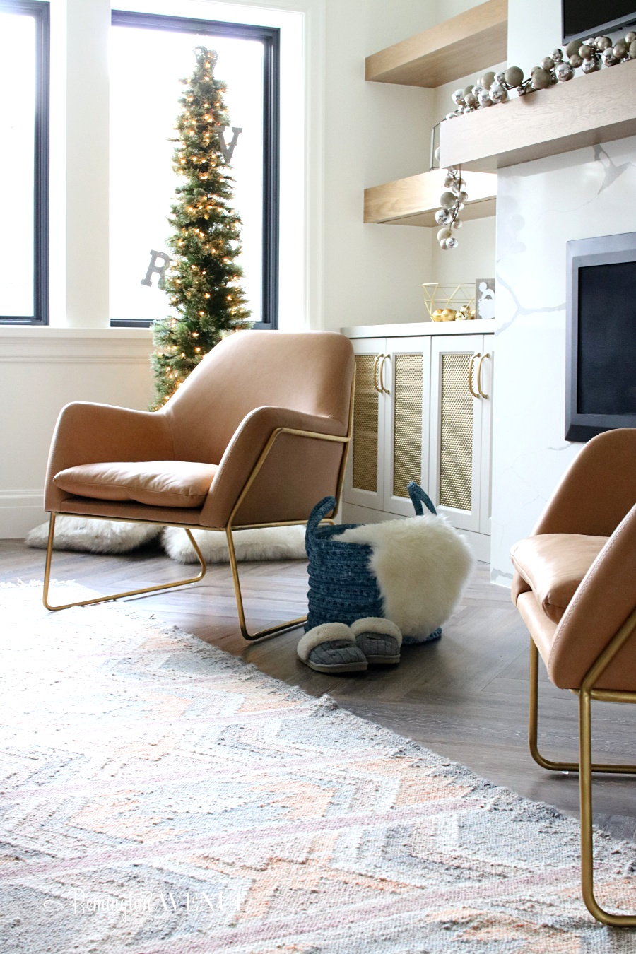Welcome to my new family friendly modern living room.  Did you know that modern and family friendly could exist in the same room?  Yes indeed they can.  I am so excited to partner with Article for this holiday room reveal.
